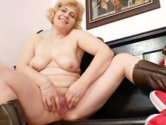 amateur aged mama widens beefy vagina