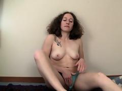 unshaved haired nina fingering her slick quim