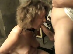 giving her slavemaster a oral stimulation